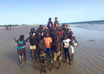 les enfants du cocon avec 3 filles benevoles