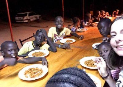 les enfants du cocon avec 3 filles benevoles a table