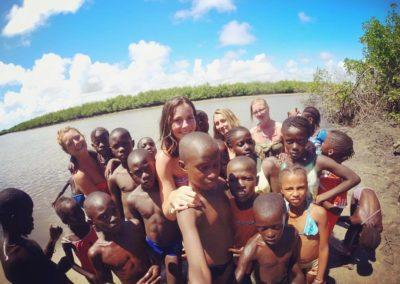 les enfants du cocon avec 3 filles benevoles bolong