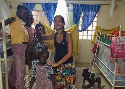 les enfants du cocon avec 3 filles benevoles dortoire